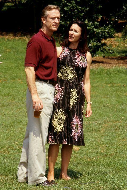 Als Pat (Mimi Rogers, r.) und Chief Bogen (Ted Shackelford, l.) die Greymount-Mine in West-Virginia erben, ahnen sie nicht, dass schon bald bedingt... - Bildquelle: Regent Entertainment