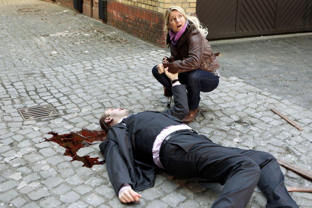 Als Callgirl Lizzy (Jeanette Biedermann) einen brutalen Mord beobachtet, hat sie nur eine einzige Chance zu überleben. Sie muss im sichersten Ort d... - Bildquelle: SAT.1