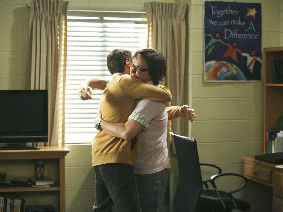 Dale (Clark Duke, r.) bekommt Besuch von seinem besten Freund Kirk (Dan Byrd, l.), der Rustys neuer Mitbewohner werden soll, doch Rusty macht eine s... - Bildquelle: 2008 ABC Family