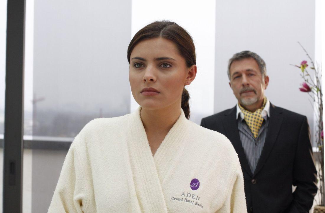 Was ist zwischen Chris (Sophia Thomalla, l.) und ihren Vater Alister Putzer (Michele Oliveri, r.) los? - Bildquelle: SAT.1