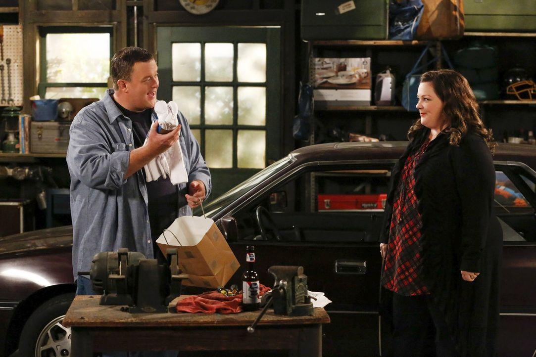 Molly (Melissa McCarthy, r.) hat für Mike (Billy Gardell, l.) nach ihrem Schreibseminar eine große Überraschung ... - Bildquelle: Warner Brothers