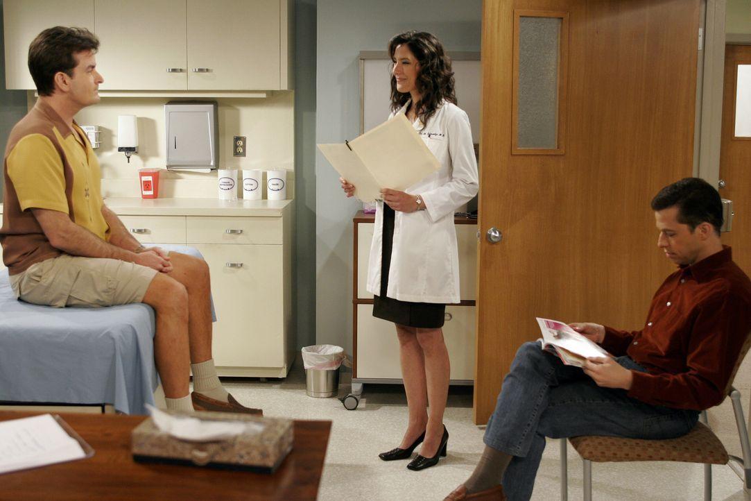 Charlie (Charlie Sheen, l.) quälen schreckliche Rückenschmerzen. Er lässt sich von Alan (Jon Cryer, r.) ins Krankenhaus fahren, wo sich eine hüb... - Bildquelle: Warner Brothers Entertainment Inc.