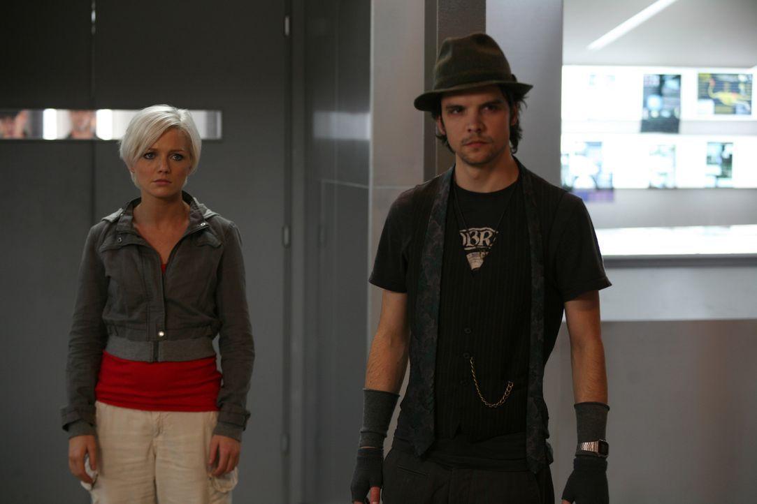 Durch ein mysteriöses Zeitportal sind Raptors in unsere Zeit eingedrungen. Connor (Andrew Lee Potts, r.) und Abby (Hannah Spearritt, l.) versuchen... - Bildquelle: ITV Plc