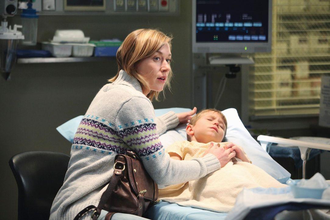 Nathan (Cade Owens, r.) hat sich den Oberschenkelknochen gebrochen, doch momentan ist kein OP frei um ihn zu behandeln. Seine Mutter Whitney (Jacy K... - Bildquelle: ABC Studios