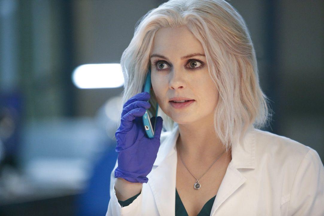Das Hirn eines besonders optimistischen Opfers beschert auch Liv (Rose McIver) ein sonniges Gemüt. Genau zum richtigen Zeitpunkt, denn ihre Zukunft... - Bildquelle: 2014 Warner Brothers