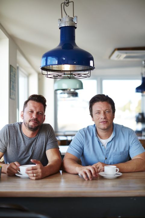 Brechen gemeinsam zu neuen kulinarischen Abenteuern auf und bekommen dabei prominente Küchenhelfer: Jamie Oliver (r.) und Jimmy Doherty (l.) ... - Bildquelle: David Loftus 2016 Jamie Oliver Enterprises Limited/ David Loftus
