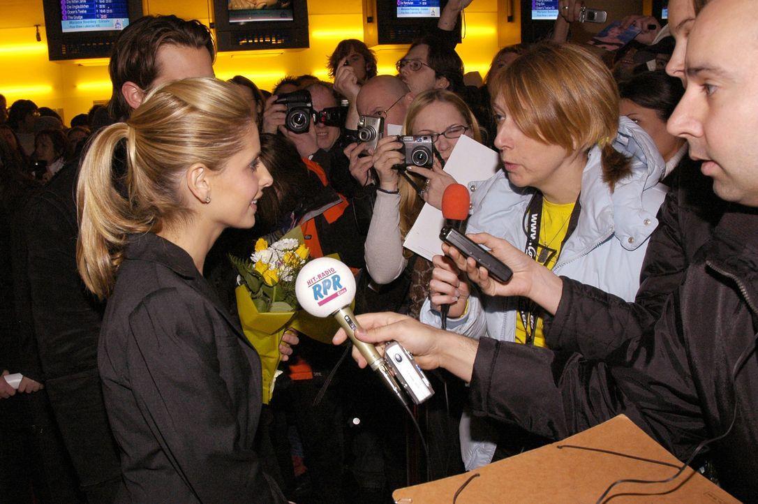 """Bei der Film-Premiere zu """"The Grudge"""" beantwortet Sarah Michelle Gellar (vorne links) geduldig die Fragen der Reporter ... - Bildquelle: Constantin Film"""