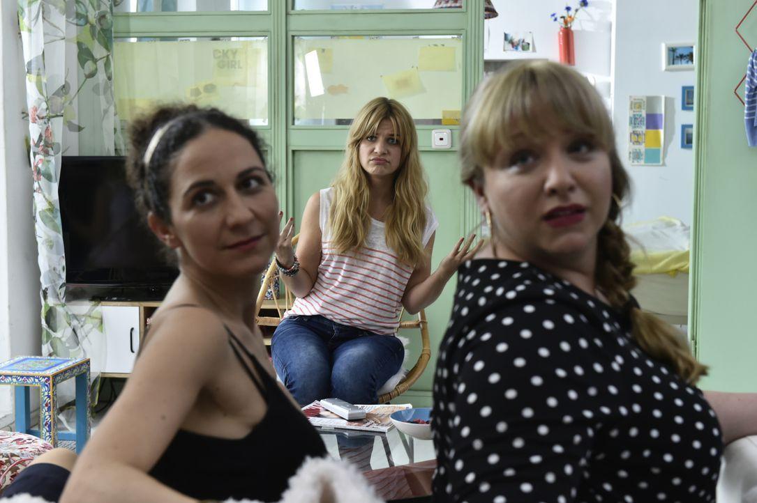 Für Recherchezwecke begibt sich Mila (Susan Sideropoulos, M.) auf ein Single-Dinner. Dort überraschen Isis (Shirin Soraya, l.) und Babsi (Vera Soray... - Bildquelle: Claudius Pflug SAT.1