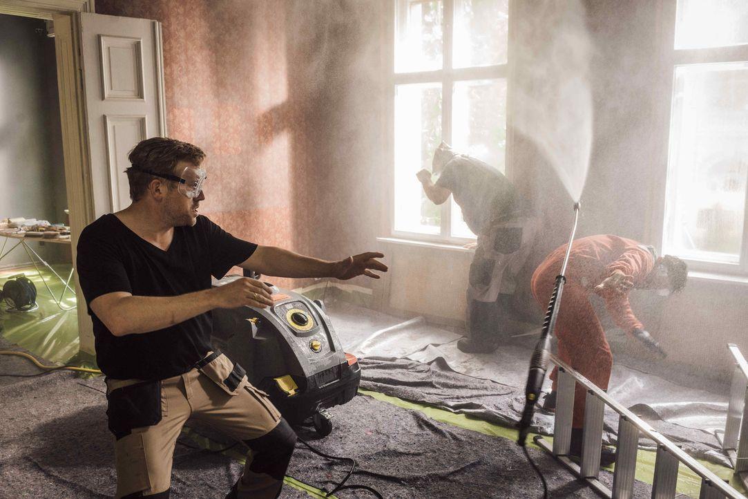 Noch ahnen Kai (Sebastian Bezzel, l.) und seine beiden Kumpels Pedro (Manuel Cortez, r.) und Ulf (Heiko Pinkowski, M.) nicht, dass das alte Haus nic... - Bildquelle: Gordon Mühle SAT.1