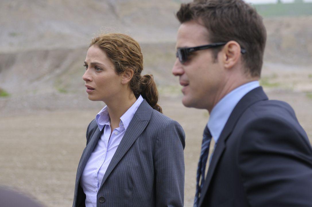 Als die Secret-Service-Agenten Pete Lattimer (Eddie McClintock, r.) und Myka Bering (Joanne Kelly, l.) ihren neuen Job im Warehouse 13 antreten, müs... - Bildquelle: Philippe Bosse SCI FI Channel
