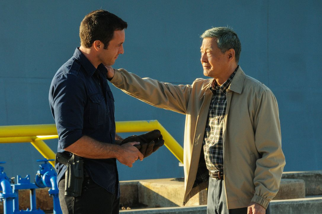 Gerade noch rechtzeitig kann Detective McGarrett (Alex O'Loughlin, l.) einen Mordanschlag auf einen Pearl Harbor-Kriegsveteranen von David Toriyama... - Bildquelle: 2013 CBS BROADCASTING INC. All Rights Reserved.