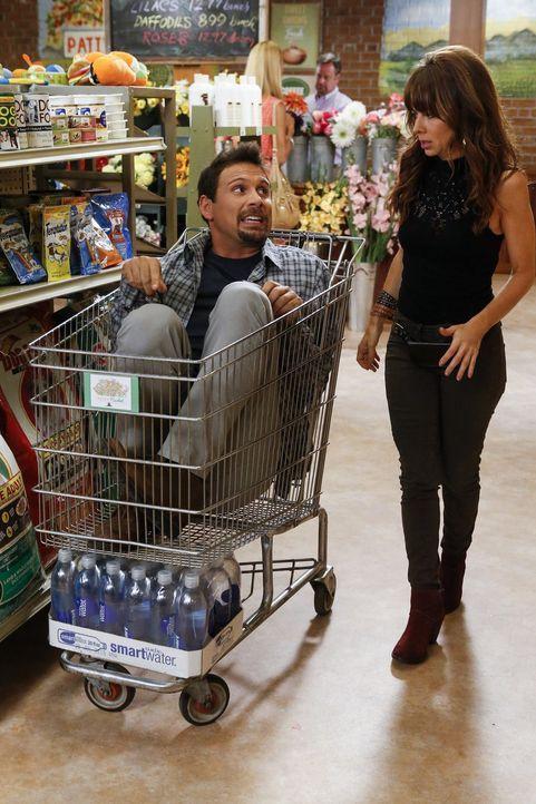 Auf George (Jeremy Sisto, l.) und Nora (Natasha Leggero, r.) wartet ein ganz besonderer Einkaufsbummel ... - Bildquelle: Warner Brothers