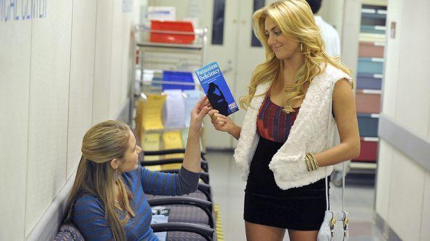 Payson (Ayla Kell, l.) macht sich große Sorgen um Lauren (Cassie Scerbo, r.)...