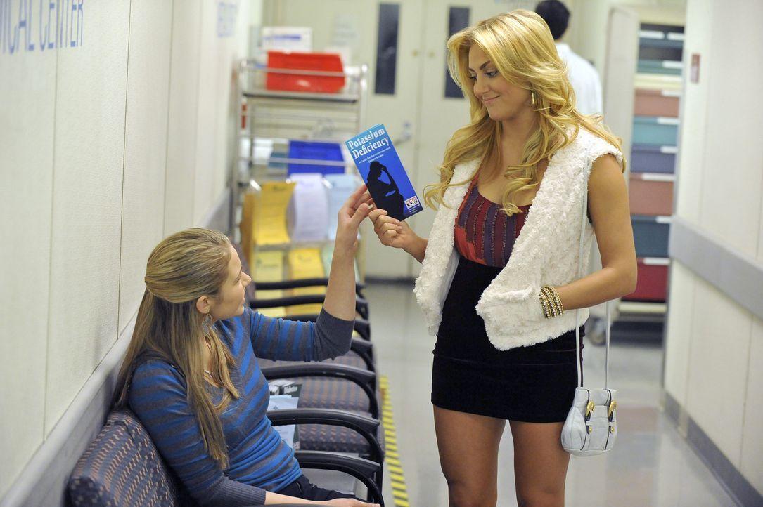 Payson (Ayla Kell, l.) macht sich große Sorgen um Lauren (Cassie Scerbo, r.) und gemeinsam suchen sie einen Arzt im Krankenhaus auf. - Bildquelle: 2012 Disney Enterprises, Inc. All rights reserved.