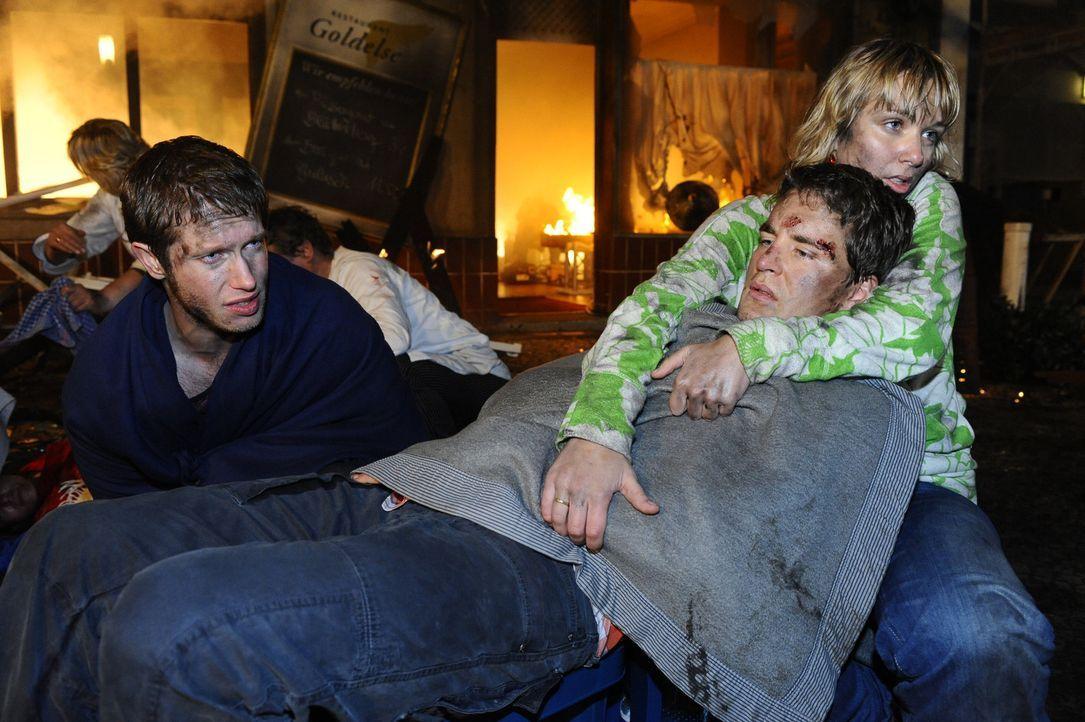 Konnten den Flammen gerade noch entkommen: Jojo (Bernhard Bozian, l.), Lars (Alexander Klaws, M.) und Lily (Jil Funke, r.) - Bildquelle: SAT.1