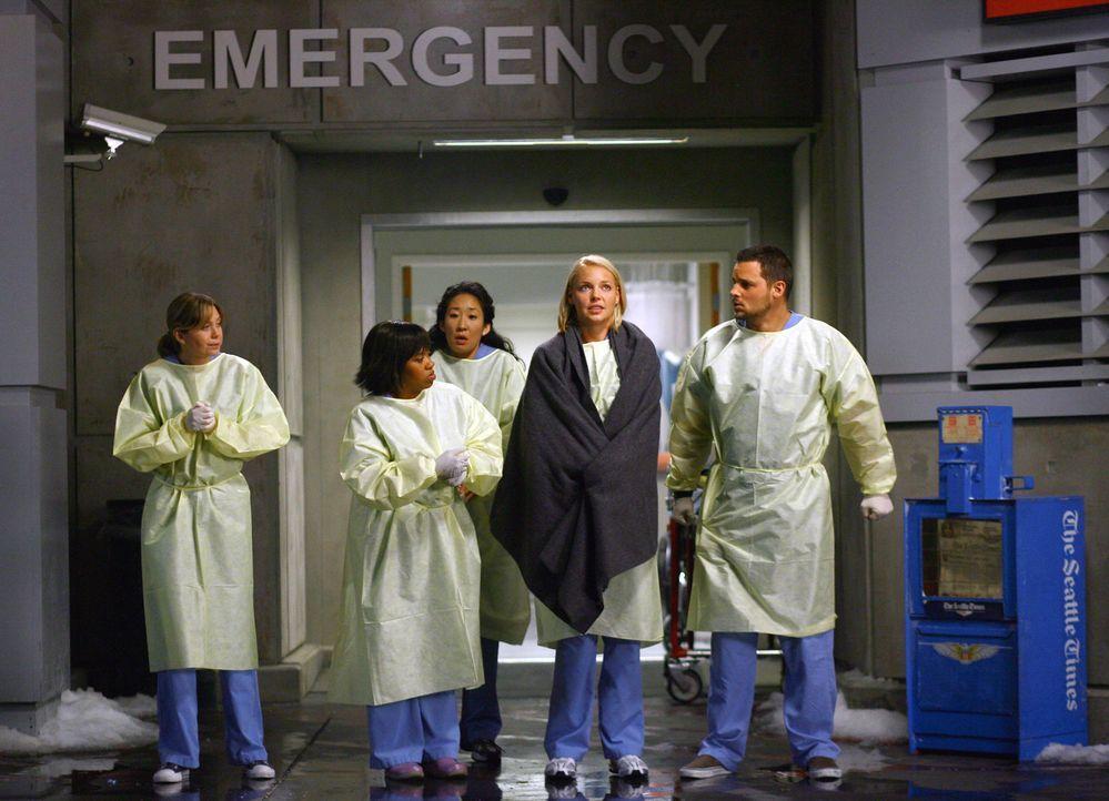Es gibt nichts zu tun: Die Ärzte des Seattle Grace Hospitals müssen erkennen, dass die schweren Notfälle in andere Kliniken gebracht werden. Mere... - Bildquelle: Touchstone Television