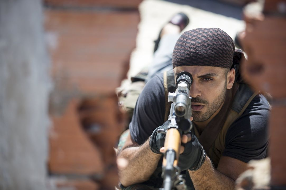 Der überaus erfolgreiche US-Sniper Chris Kyle liefert sich ein Duell mit Mustafa (Sammy Sheik), dem besten Scharfschützen der irakischen Aufständisc... - Bildquelle: 2014 Warner Bros. Entertainment Inc.