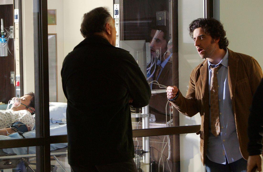 Charlie (David Krumholtz, r.) macht sich große Vorwürfe, dass Don (Rob Morrow, l.) durch seine Schuld im Krankenhaus gelandet ist. Sein Vater Alan... - Bildquelle: Paramount Network Television