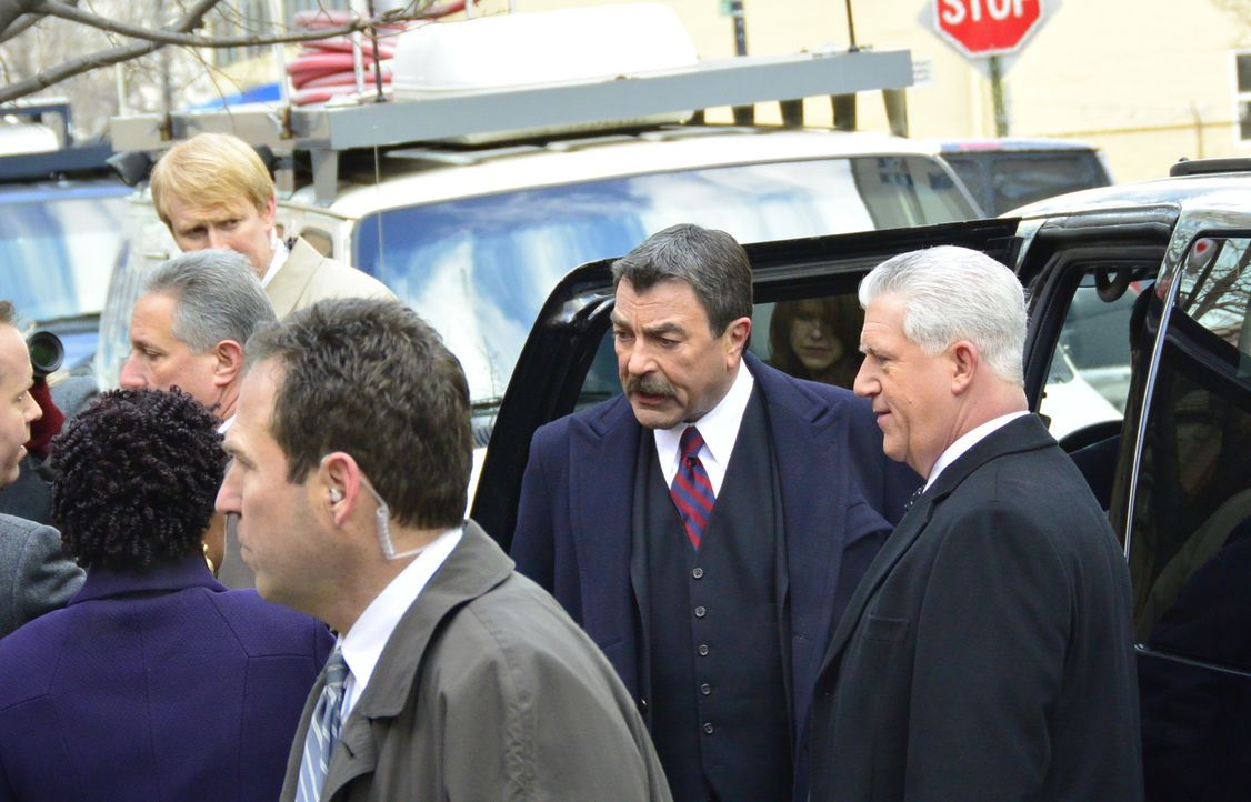 Als ein Polizist einen bereits inhaftierten Straftäter tötet, unternehmen Frank (Tom Selleck, l.) und Garrett Moore (Gregory Jbara, r.) alles, um ei... - Bildquelle: 2013 CBS Broadcasting Inc. All Rights Reserved.
