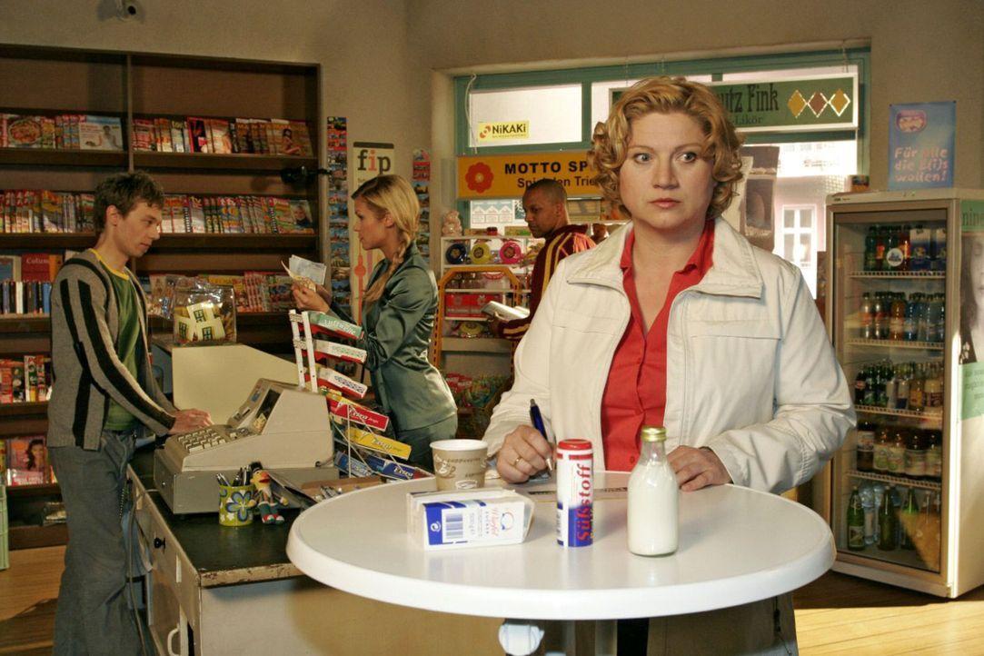 Agnes (Susanne Szell, r.) bekommt mit, wie Jürgen (Oliver Bokern, l.) die undankbare Sabrina (Nina-Friederike Gnädig, M.), der er aus ihrer finanz... - Bildquelle: Sat.1