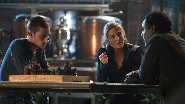 Während Abigail (Paige Turco, M.) Zweifel an dem angeblichen Glücklichmacher...