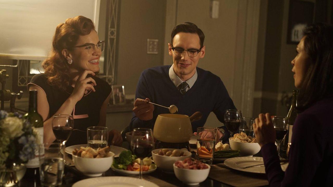 Ein ganz besonderes Essen: Edward Nygma (Cory Michael Smith, M.), Kristen Kringle (Chelsea Spack, l.) und Leslie (Morena Baccarin, r.) ... - Bildquelle: Warner Brothers