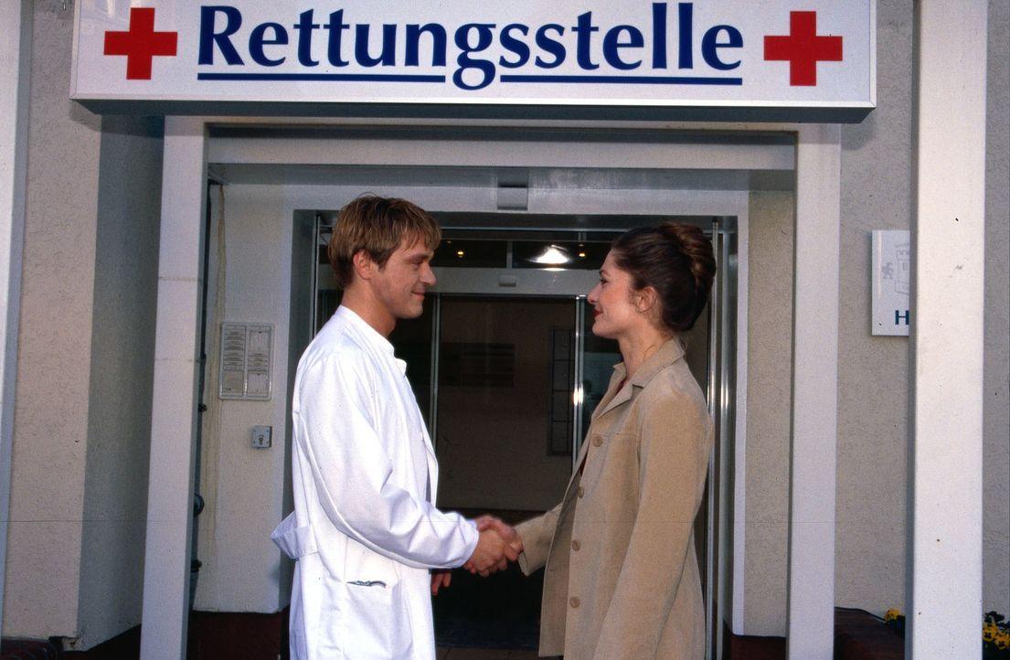 Dr. Ritter (Andreas Maria Schwaiger, l.) begrüßt die neue Ärztin Dr. Johanna Kaminski (Iris Böhm, r.) vor der Klinik. - Bildquelle: Kurby Sat.1