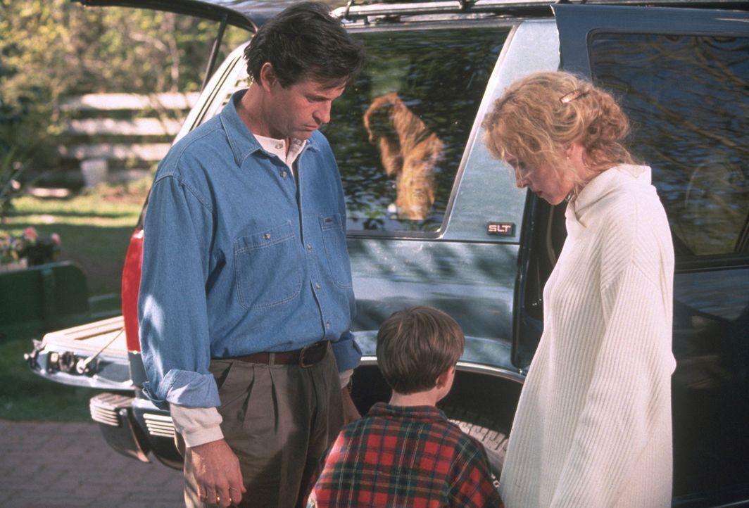 Jamie (Kevin Timothy Chevalia, M.) teilt seinen Eltern Bob (Robert Hays, l.) und Laura (Kim Greist, r.) mit, dass er eigentlich keine große Lust au... - Bildquelle: Walt Disney Pictures