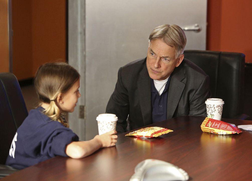 Als Dr. Valerie Barnes, Psychiaterin und auf Psychopathen spezialisiert, erschossen von ihrer zehnjährigen Tochter  Rachel (Millie Brown, l.) zu Hau... - Bildquelle: 2014 CBS Broadcasting, Inc. All Rights Reserved