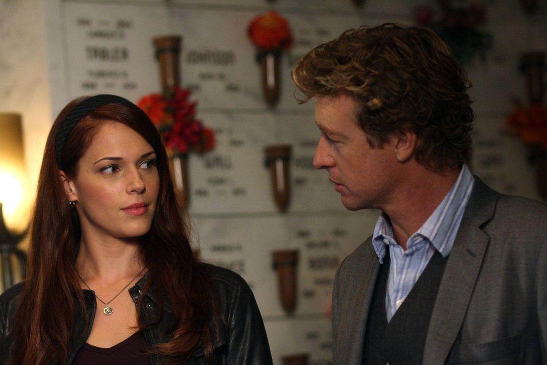 In ihrem neuen Fall wird Grace (Amanda Righetti, l.) und Patrick (Simon Baker, r.) langsam klar, dass sie es mit Red John zu tun haben ... - Bildquelle: Warner Bros. Television