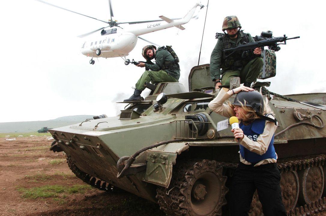 Auch die TV Reporter (Shirly Brener) ahnen nicht, dass die Rettungsaktion des französischen Botschafters einem dubiosen Ziel dient ... - Bildquelle: Nu Image