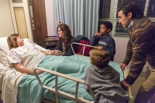 Kate (Mackenzie Hancsicsak, l.) hat eine Blinddarmentzündung und muss ins Kra...