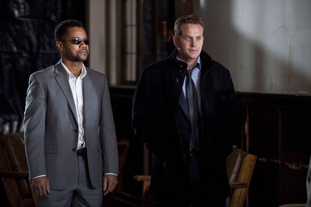 Als der niedergeschlagene Allan Campbell (Cole Hauser, r.) in einer Bar auf den selbstbewussten Jonas Arbor (Cuba Gooding Jr., l.) trifft, ahnt er n... - Bildquelle: 2011 Sony Pictures Worldwide Acquisitions Inc. All Rights Reserved