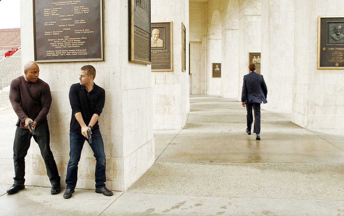 Versuchen in einem neuen Fall, Licht ins Dunkel zu bringen: Callen (Chris O'Donnell, M.) und Sam (LL Cool J, l.) ... - Bildquelle: CBS Studios Inc. All Rights Reserved.