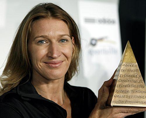 """Gleichzeitig wurde sie in die """"Hall of Fame des deutschen Sports"""" aufgenommen. Mit dem Preisgeld von 25.000 Euro will die Tennislegende die Sportf - Bildquelle: dpa"""