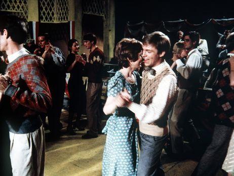 Die Waltons - Gegen Olivias Willen nimmt John-Boy (Richard Thomas, r.) mit Da...