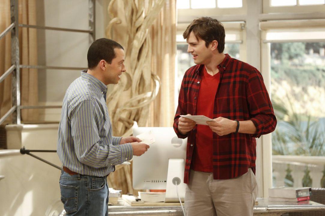 Glauben, dass Charlie noch am Leben ist - doch kann das wirklich sein? Alan (Jon Cryer, l.) und Walden (Ashton Kutcher, r.) ... - Bildquelle: Warner Brothers Entertainment Inc.