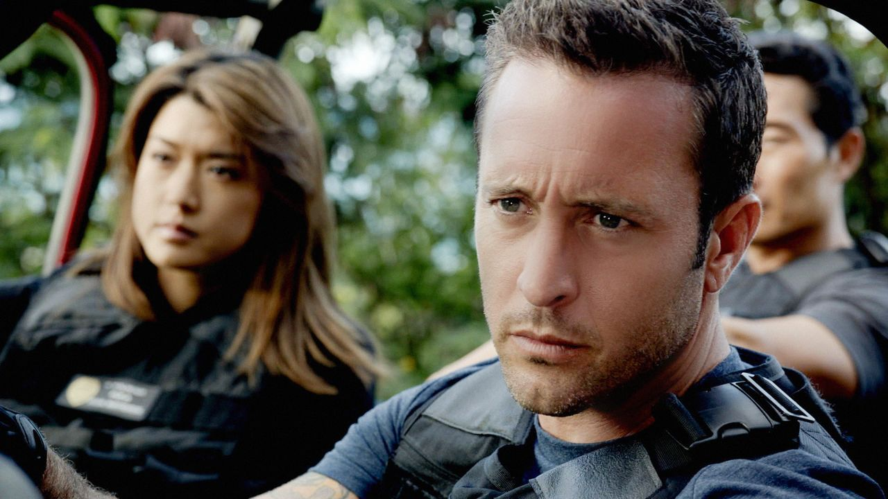 Als ein Mann aus Detroit in den Straßen von Oahu umgebracht wird, beginnen Steve (Alex O'Loughlin, vorne), Chin (Daniel Dae Kim, r.) und Kono (Grace... - Bildquelle: 2014 CBS Broadcasting Inc. All Rights Reserved.