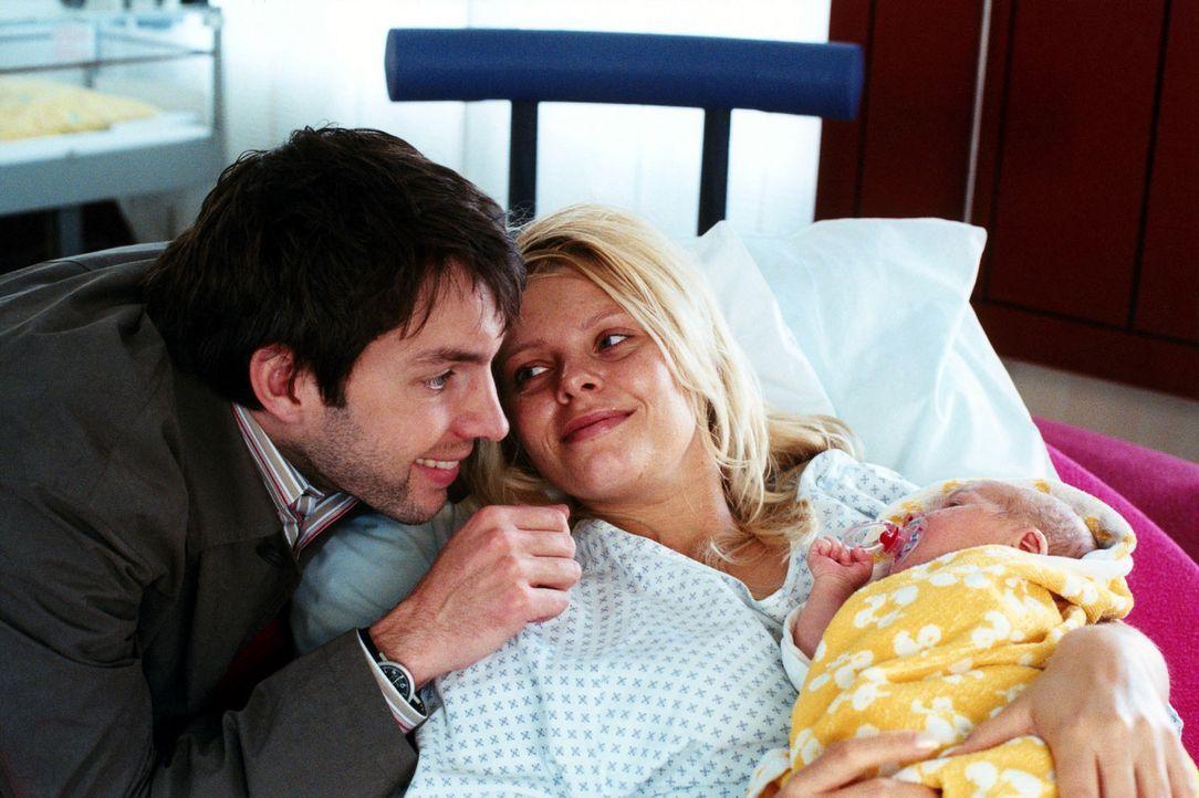 Sven (Joram Völklein, l.) und Natalie (Anne Sophie Briest, M.) sind glückliche Eltern der kleinen Saskia geworden. - Bildquelle: Sat.1