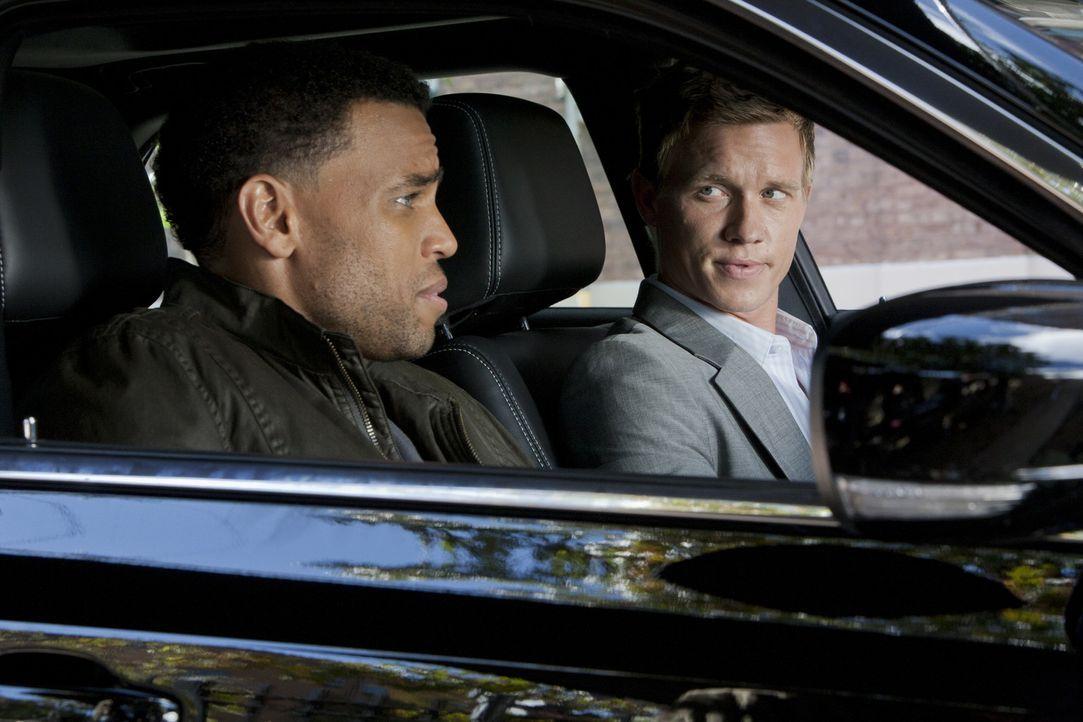 Die Jagd nach einen kriminellen Pärchen leidet, als sich Travis (Michael Ealy, l.) und Wes (Warren Kole, r.) unter Druck gesetzt fühlen ... - Bildquelle: 2012 USA Network Media, LLC