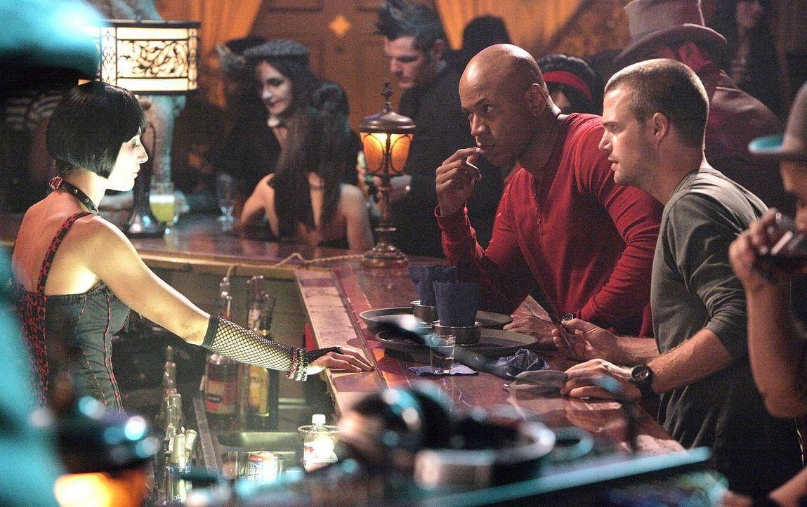 Nachdem Abby in einem Goth-Club entführt wurde, suchen Callen (Chris O'Donnell, r.) und Sam (LL Cool J, l.) dort nach Hinweisen. Doch werden sie Ab... - Bildquelle: CBS Studios Inc. All Rights Reserved.