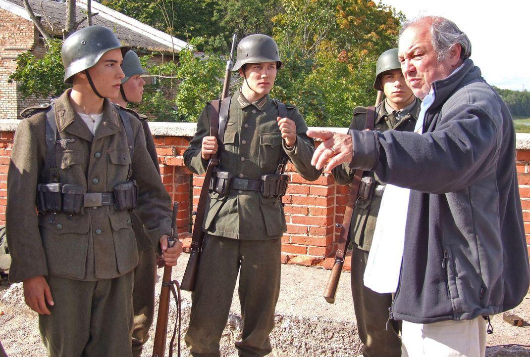 Regisseur Wolfgang Panzer und die junge Crew - Bildquelle: Boris Guderjahn ProSieben