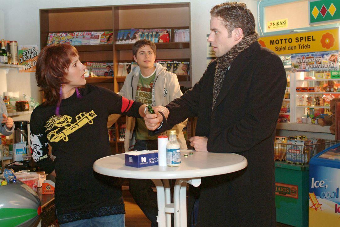 Yvonne (Bärbel Schleker, l.) gibt Max (Alexander Sternberg, r.) deutlich zu verstehen, was sie von seinen Trinkgelagen mit Timo (Matthias Dietrich,... - Bildquelle: Monika Schürle Sat.1