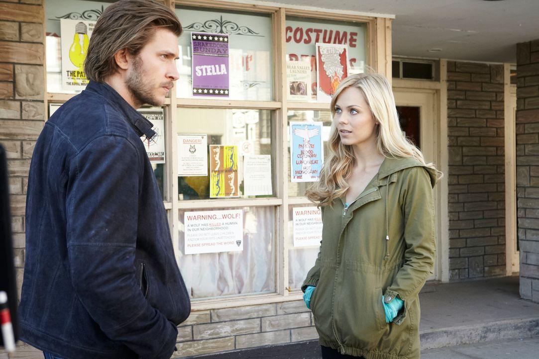 Die neusten Ereignisse bringen Elena (Laura Vandervoort, r.) vollkommen durcheinander und Clay (Greyston Holt, l.) macht es nur noch besser ... - Bildquelle: 2014 She-Wolf Season 1 Productions Inc.