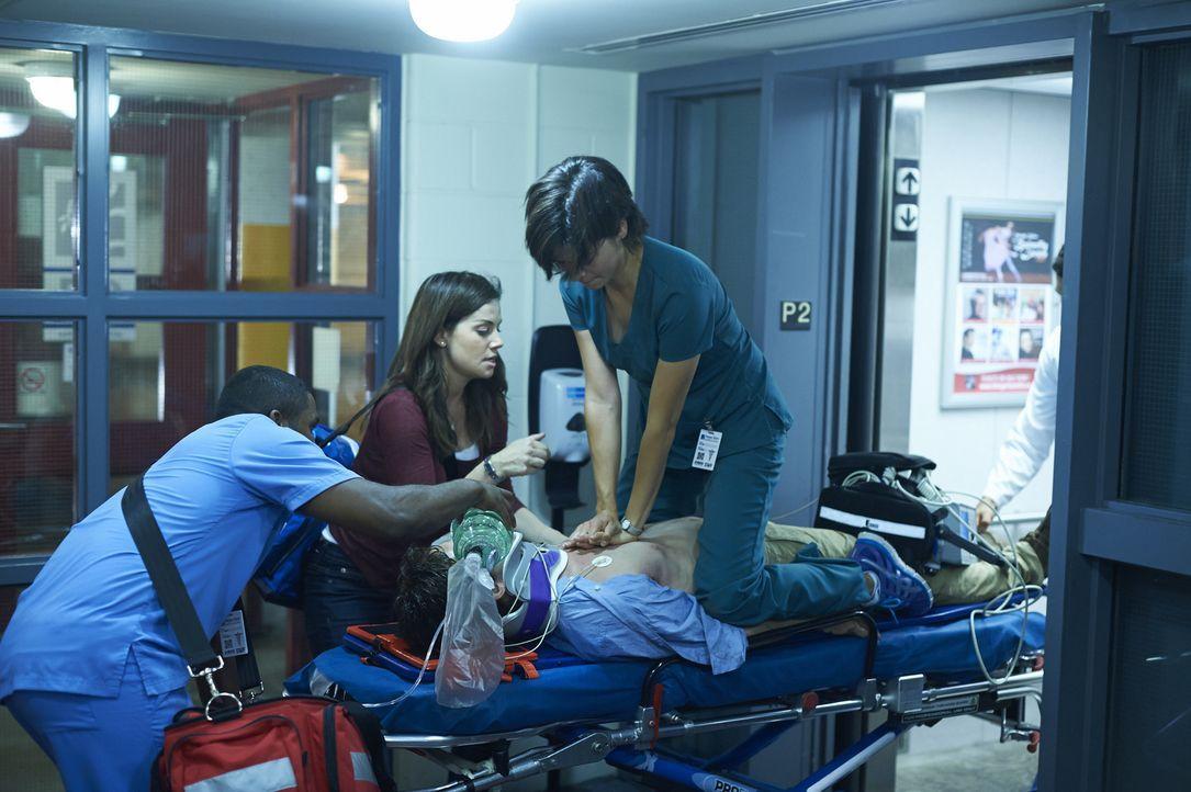 Können Alex (Erica Durance, M.) und Maggie (Julia Taylor Ross, l.) einem Unfallopfer das Leben retten? - Bildquelle: 2013  Hope Zee Two Inc.