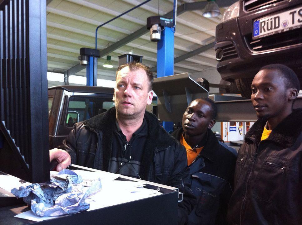 Von ihrem Chef Michael (l.) bekommen die beiden afrikanischen Tauschkandidaten Yusuf (M.) und Christopher (r.) eine Einführung in die Arbeit mit de... - Bildquelle: kabel eins