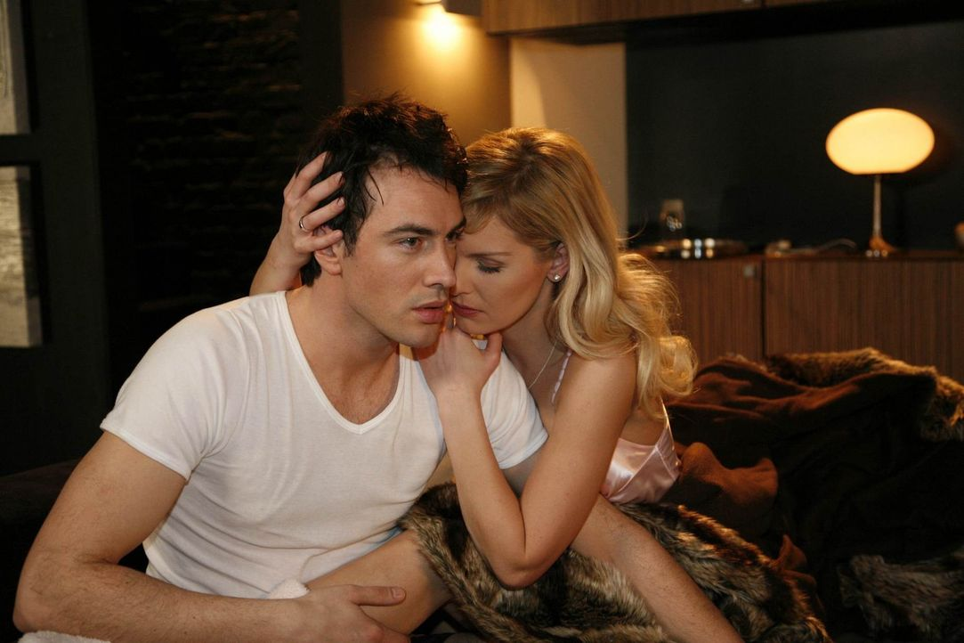 Alexandra (Ivonne Schönherr, r.) macht sich Sorgen um Mark (Arne Stephan, l.), der von Alpträumen heimgesucht wird ... - Bildquelle: SAT.1