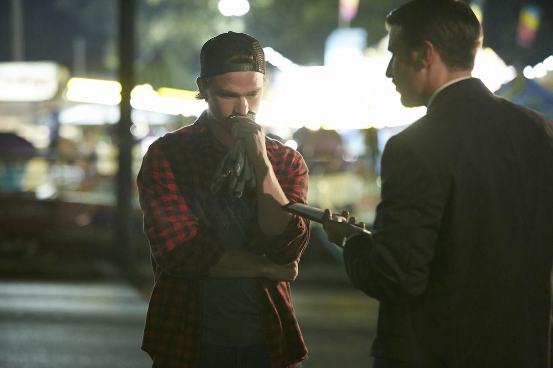 Kann der junge Jahrmarktmitarbeiter (l.) Ermittler Dave Callin (Greg Zajac, r.) helfen, den Mord an der 17-jährigen Shauna Card aus Orlando aufzuklä... - Bildquelle: Ian Watson Cineflix 2014