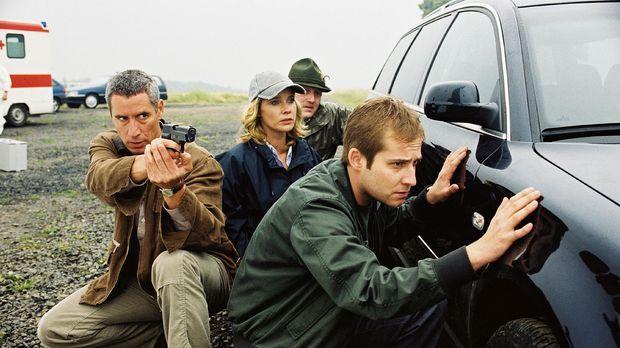 Bei ihren Ermittlungen werden Michelle Eisner (Ann-Kathrin Kramer, 2.v.l.) un...