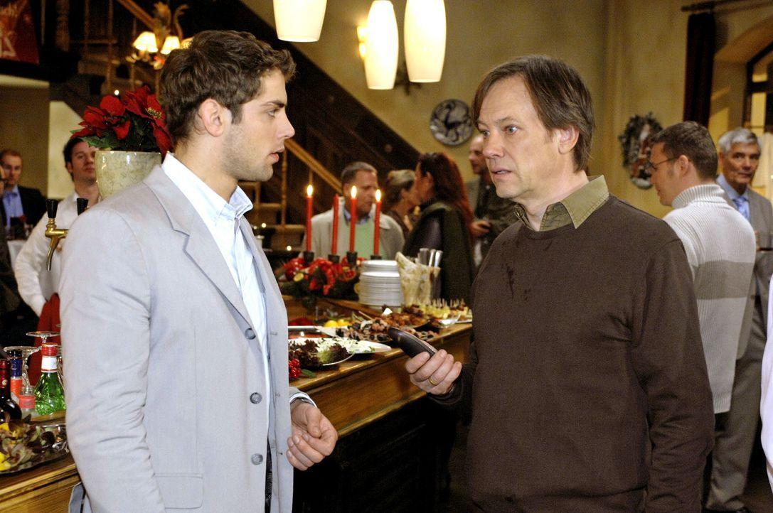 Jonas (Roy Peter Link, l.) beobachtet, wie Armin (Rainer Will, r.) am Telefon scheinbar eine sehr schlechte Nachricht bekommen hat. - Bildquelle: Oliver Ziebe Sat.1